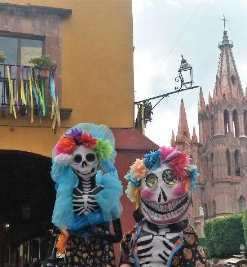 Squelettes géants à San Miguel Allende, Guanajuato. dernières aventures guide francias mexique
