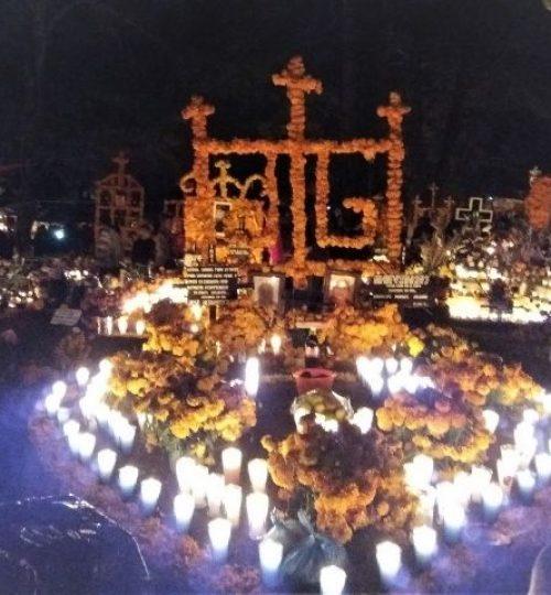 bougies et décorations florales abondes sur les tombes le 1er novembre au Mexique