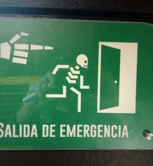 paneau de signalisation humoristique . dernières aventures guide francais mexique